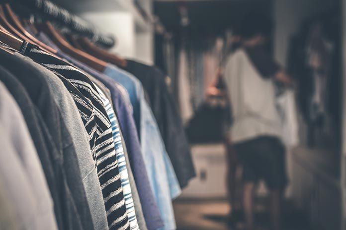Szafy na ubrania, komody, półki – jak urządzić funkcjonalną garderobę?